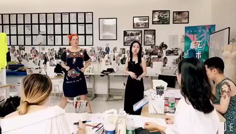 【维欧圣马丁大师行】 作为LV、Gucci御用设计师的Helen老师亲自做模特,带同学宝宝们进入状态[嘿哈]