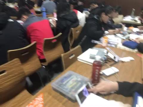 同学们在认真的画作业中