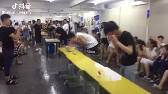 杭州山水行画室一年一度 吃西瓜比赛。这就是瓜王