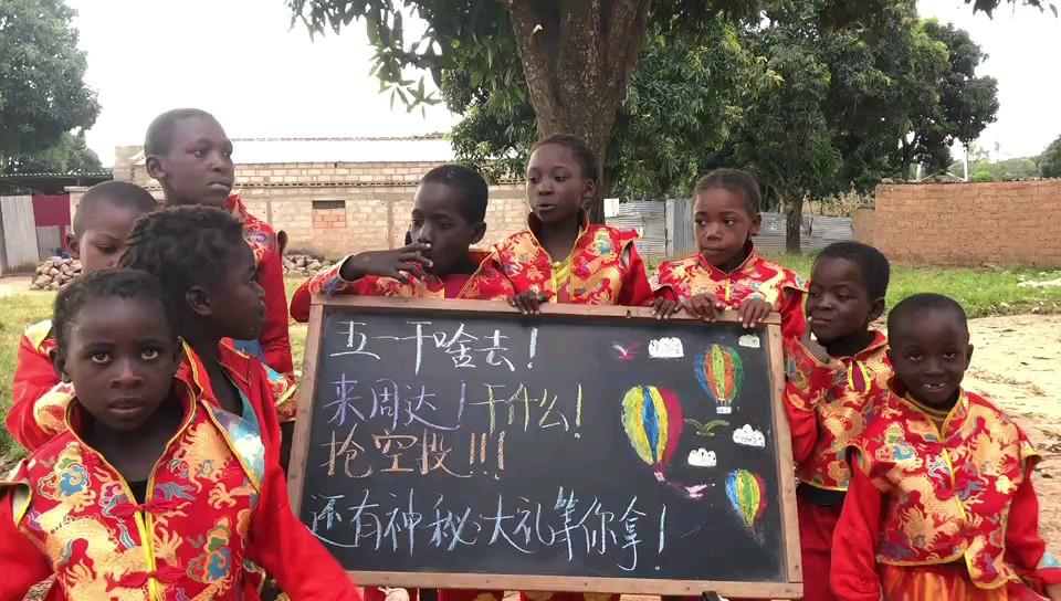 连非洲肯尼亚的小朋友都知道北京周达画室五一有大动作啦,你还不知道吗,五一等着你[阴险][阴险][阴险]