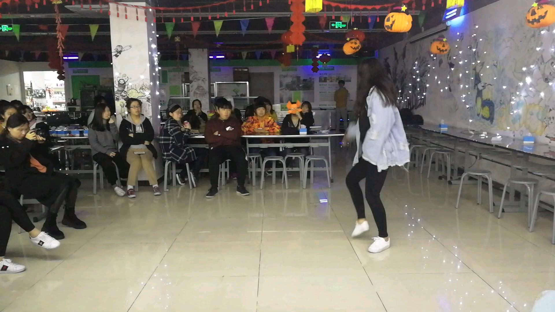 学动漫的孩子们多才多艺,好听的歌,好看的舞蹈,翟家班的晚会大家很开心,学习累了休息休息