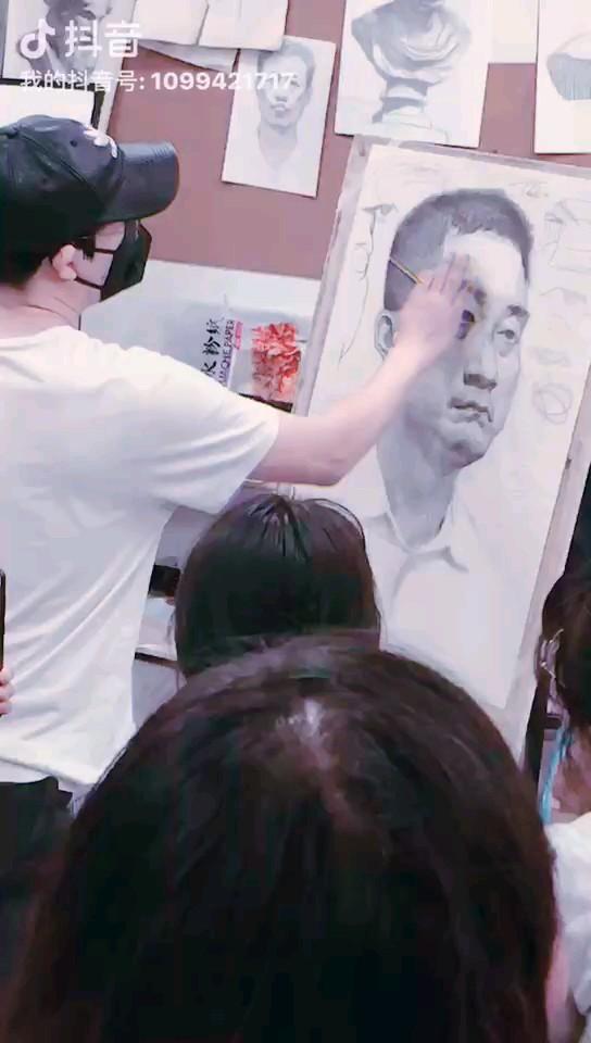 中国动漫的黄埔军校--翟家班,基础课教学总监央美依老师给孩子们做素描范画