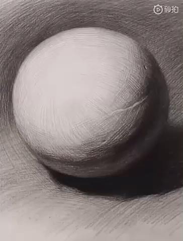 素描几何的球体示范,球体相对来说是在后面的一个长期素描训练中是运用的比较多的,很多东西和球体都有着异曲同工之妙,如:苹果、梨等球状物体。