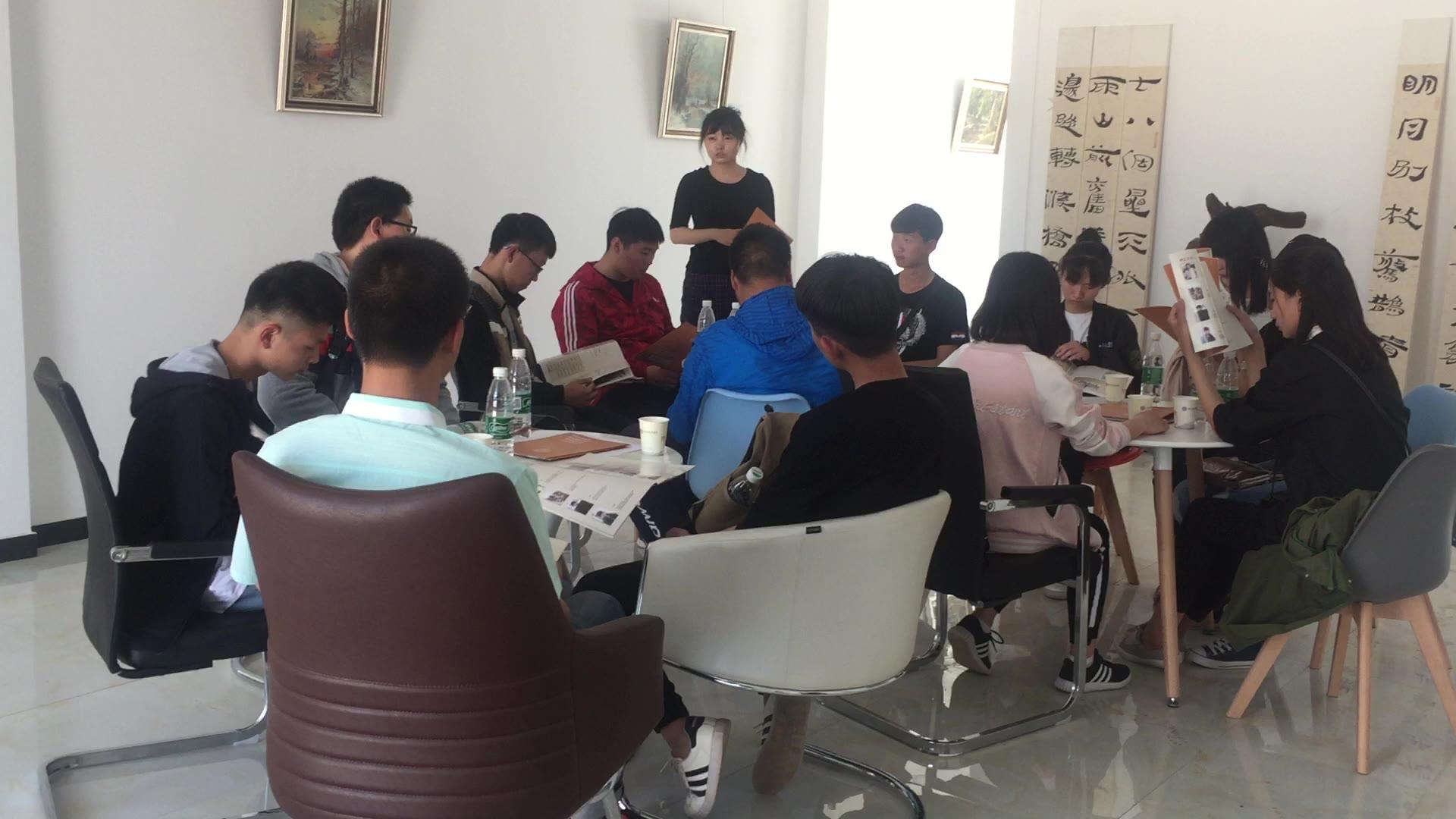 王老师在给同学们讲解如何用同一种方法思考素描水粉水彩