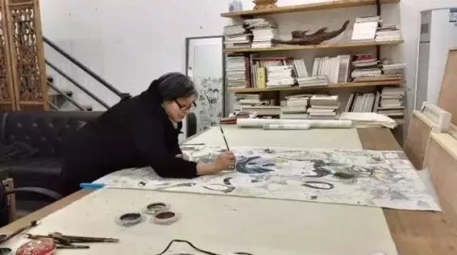 69岁的她以前只懂种地,如今已在艺术圈小有名气,还办起了艺术展
