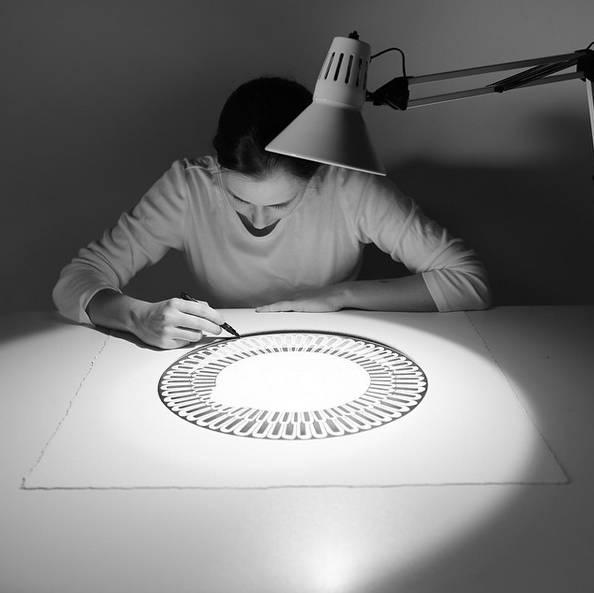 【夜读】她的画只有黑白,却价值5w美金!甚至迪拜酋长都全部买下!