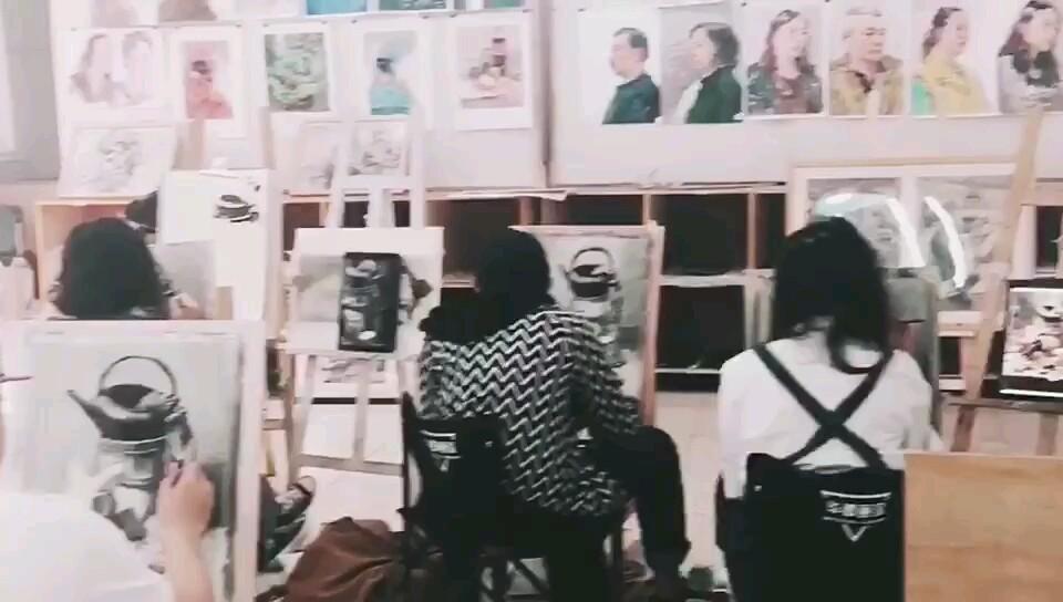 華卿畫室,2019年集訓班學生畫畫的樣子。想知道你畫畫是什么樣子。