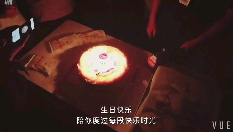 画室每个月都会给当月过生日的同学集体过个生日,祝同学们生日快乐🎂🎂🎂这是属于你们的成人礼🎁🎁~