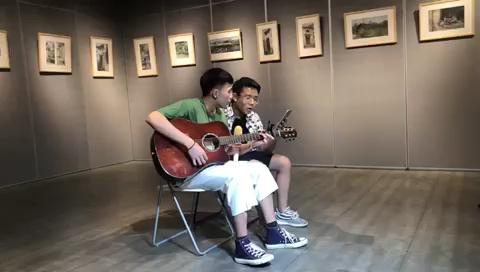 [杭州白墻畫室音樂節活動現場]白墻畫室的孩子們不僅會畫畫,放下畫筆,拿起吉他也絕不含糊。 ????用中國新說唱的話來說:這是我的小老弟,以他的水平的話,正常發揮絕對沒問題。 ??