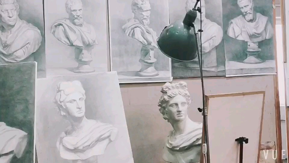 【華卿畫室·影視班】近期人物石膏像的寫生練習,有助光影的練習和形體的感受。石膏像寫生練習凝聚了大師們對造型美的追求及創造,富有強烈的藝術感染力,對提高我們審美鑒賞能力起到影響的作用。