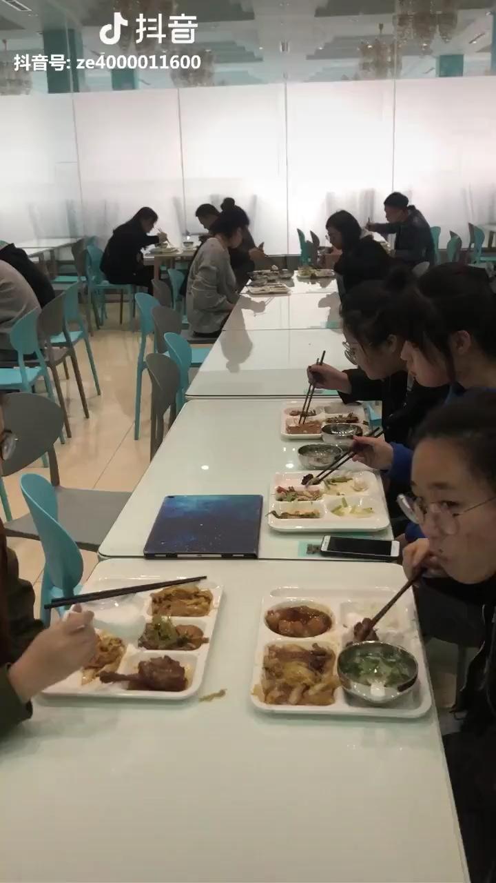 来餐厅吃饭的时候看到的一幕,加油呀 美术生