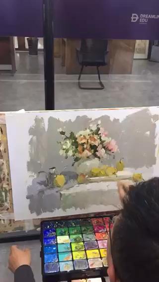 白塔岭央清设计学院色彩负责人王大为老师做范画