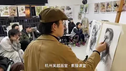杭州吳越畫室·田老師素描教學課堂,給同學們示范、講解、細化畫面,真正的小班化教學,精細化管理[強]