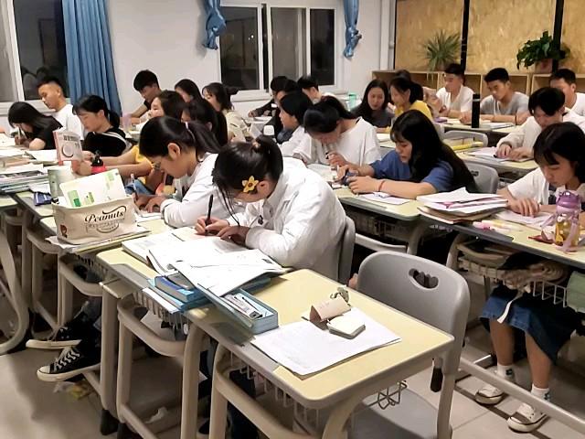 专业课,文化课两手抓,此时郑州098画室学子正在为梦想奋斗着……