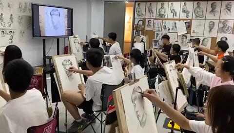 高復班的同學們狀態不錯,教室里刷刷刷的筆聲,刺激[強][強]