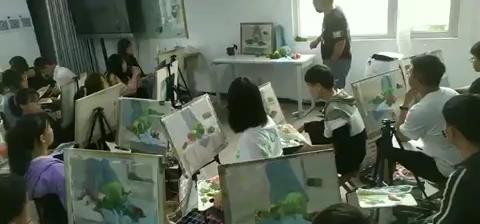 影视班—贾老师正在给学生讲解色彩静物写生技巧和观察方法,大家学习气氛上来了,撸起袖子好好干!💪💪