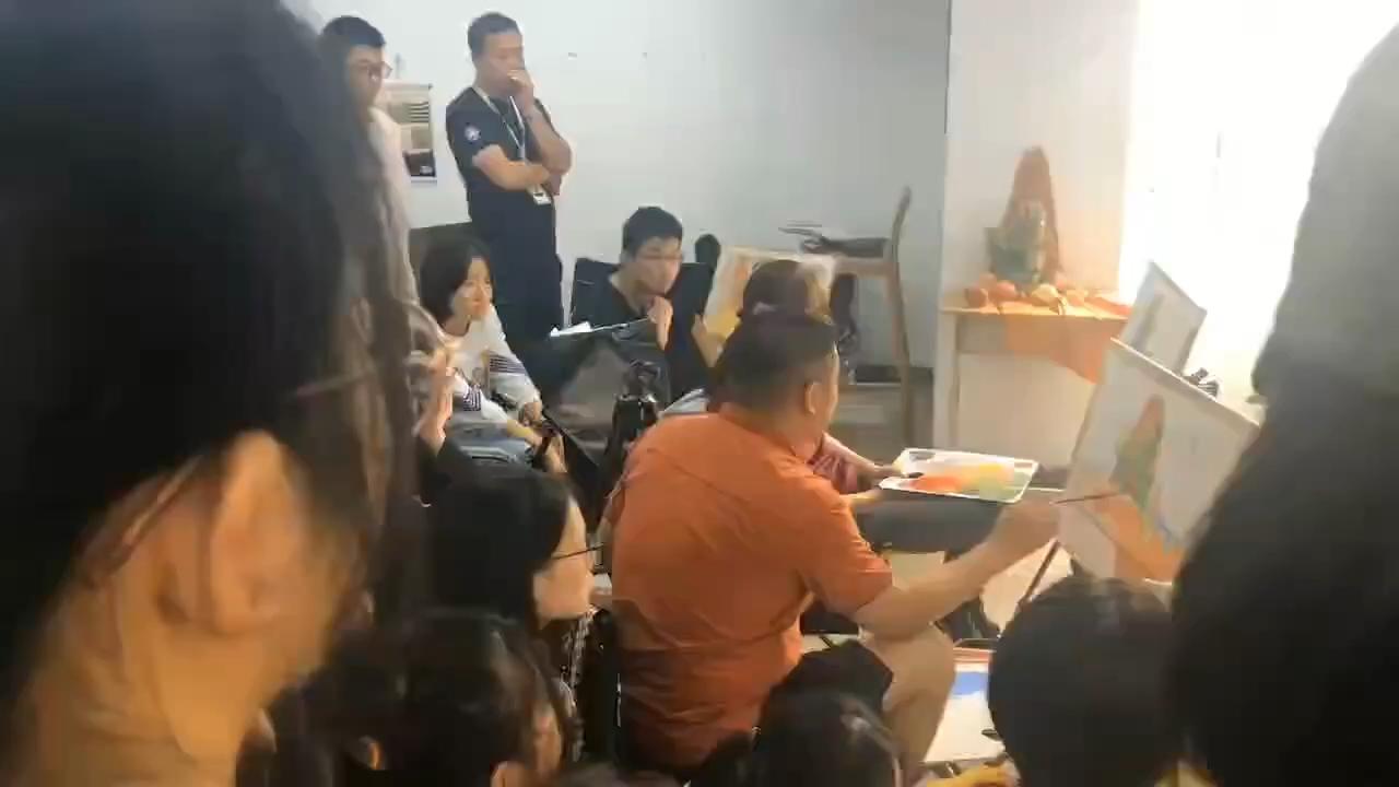 分班之后教学校长李金泉老师在给学生上色彩静物写生师范,专业校长都是冲在教学一线的金牌老师,时时刻刻关注着学生们的专业情况!🏅️🏅️🏅️